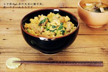 焼きものの町として知られる長崎県波佐見町で作られた「白山陶器」のどんぶりは、汁碗・5寸深めん丼・6寸深めん丼と豊富なラインナップが魅力的です。電子レンジで加熱することも可能なので、普段使いの定番の器として、あるととっても重宝しそうです。