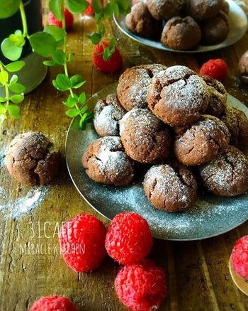 プレーンの次に、手作りクッキーの定番といえばココア。色味は雪玉ではなくなってしまいますが、上から降りかける粉砂糖がまるで雪のようでとってもキレイ♪