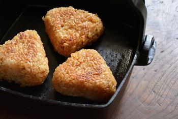 こちらの角鍋はすき焼きはもちろん、グリル料理や煮込み料理などにもおすすめ。肉料理は、余熱によって中までしっかりと火を通すことができるので柔らかく仕上げることができますよ。盛り付けの間冷めないのも、保温性に優れた鋳物鍋のいいところ◎。