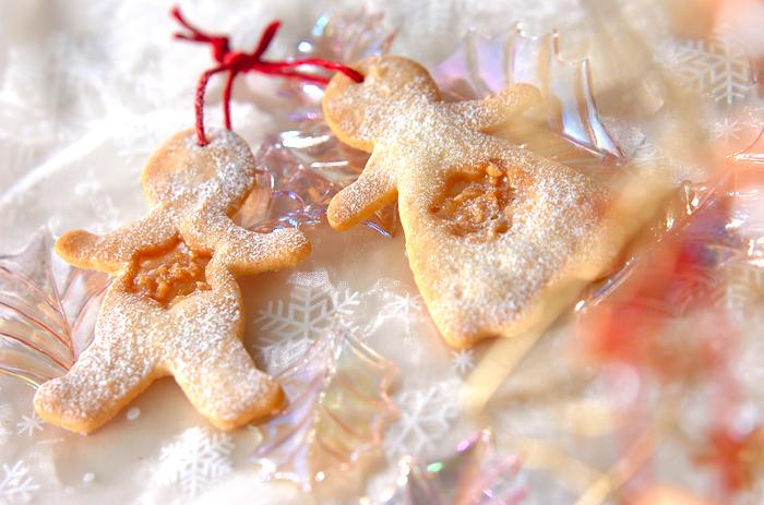 クッキーはツリーのオーナメントにもぴったり。こちらは、かわいい人型クッキーのまん中にキャラメルをのせたクッキー。紐を通せば、かわいくてほっこりするオーナメントの出来上がりです。