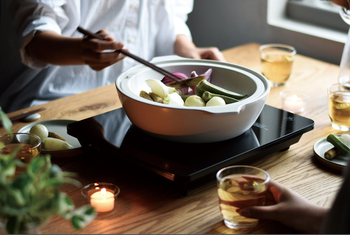 食卓で鍋を囲みながら調理を楽しむ、IH 対応の土鍋。シンプルで美しいデザインは食卓にそのまま出しても絵になります。一般的な土鍋に比べると吸水率が極めて低く、料理の匂いが鍋に移りにくいため、日々の調理道具として活躍してくれます。