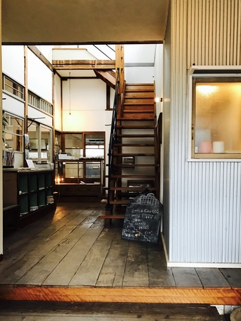 入口をはいると… 左手奥に行くとカフェ、階段の上は本とCDのお店、右には雑貨や日用品を扱うセレクトショップがあります。