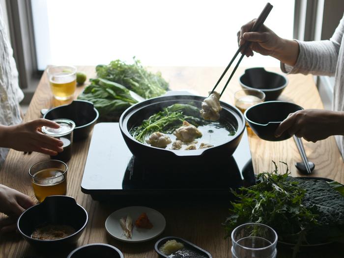 寒い季節は、あったかいお鍋や煮込み料理を囲むだけでなんだか幸せな気持ちになりますよね。ここでは、土鍋やすき焼き用の鉄鍋はもちろん、料理の幅が広がるココットやポット、お鍋をより快適に楽しめる道具など幅広くおすすめアイテムをご紹介します。あったか料理でみなさんの食卓に笑顔が増えますように♪