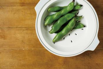 これひとつで「蒸す、炊く、煮る」の3つの調理が可能◎。寄せ鍋だけでなく、蒸し野菜、炊き込みご飯、スープなどの煮込み料理など幅広く愉しめます。蒸し料理は鍋本体に水を入れて付属のすのこをセットし、火にかけるだけの手軽さです♪