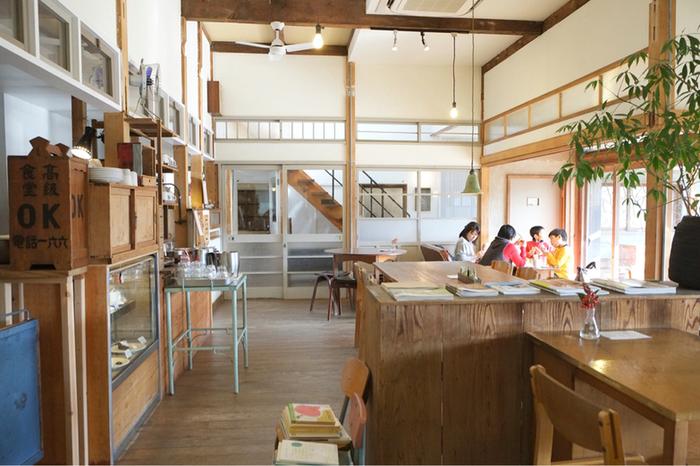 吹抜けのある開放的なカフェスペース。お子さん連れにも優しくベビーベッドなどもあります。アートやカフェの本なども自由に読めて、ゆったり過ごすのにもぴったりです。