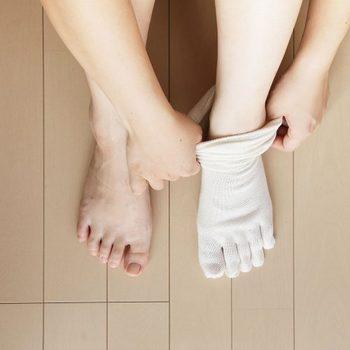 内側から、シルク→ウール(コットン)→シルク→ウール(コットン)というふうに重ねていきます。薄手でしめつけのない履き心地になっています。