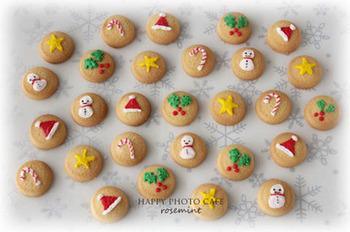 こちらは、アイシングよりとろみのあるシューガークラスに水を加えてお絵かきしたクッキー。クッキーの型に合わせてデコレーションするのもかわいいですが、クッキーをすべて同じかたちにしてそこに絵を描くのもお手軽でかわいいですね♪