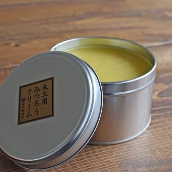 木工用みつろうクリームを手掛けているのは、富山県にある製材所。食器に直接塗るものだから、安心・安全なもので作りたいと成分にこだわり、国産のみつろうに菜種油、椿油、亜麻仁油、ヒバ油をブレンドして作っています。