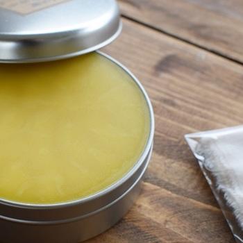 木の器のお手入れは、はぎれなどに薄くみつろうクリームを取り、器に薄く塗ってのばすだけ。揮発性が高いので、油分がべたつくことはなく、オイルが乾いたらすぐに使えます。  クリームの伸びが良く、ごく少量で良いので長く使えるのが良いですね。木の器の他、木製テーブルなどのメンテナンスにも良いので、ぜひ試してみては?