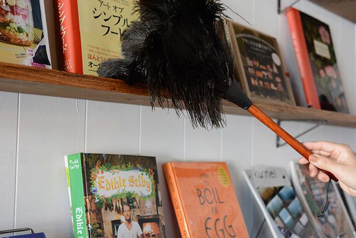リビングの本棚など、意外とほこりが溜まるところ。天然のオーストリッチの羽根を使用したフェザーダスターを使えば、さっとキレイにできます。
