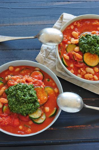 ミネストローネと聞くとなんだか難しそうに思えるかもしれませんが、手順はシンプルで、意外と簡単に作ることができるんです。たっぷりの野菜をぐつぐつ煮こむのも楽しみの一つ。野菜だけでなくお肉なども入れて作れば、主役級のおかずスープとしても活躍してくれますよ♪