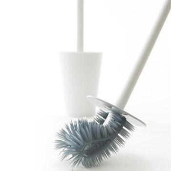 長さの違うブラシが便器の形状に合わせて曲がり、裏側の汚れもすみずみまで落とすことができます。まっすぐなブラシは握りやすく、力を入れてごしごし磨くことができます。