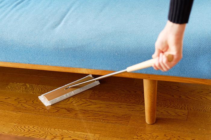 一般的なプラスチック製のフロアワイパーに比べて天然木を使っている分少し重ためですが、その分床へのフィット感が高く、軽くすべらせるだけで細かなほこりもキャッチしてくれます。