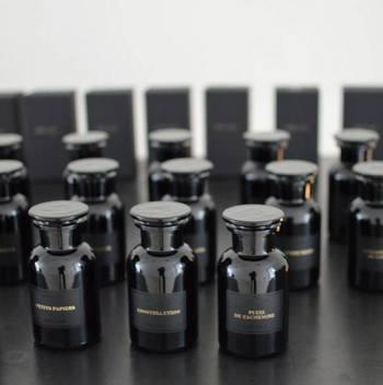 こちらのジャーのタイプは、フランス20世紀初頭の薬瓶の製法によって作られたもの。ダークな色合いは光を遮り、大切な香りを守るためです。