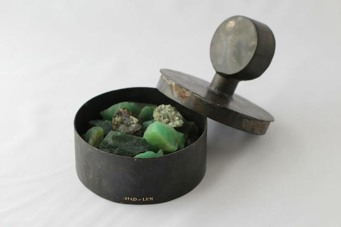 こちらは天然石のエメラルドとアベンチュリンに香りを移したもの。容器のデザインもアート作品のようで、オブジェ的要素もありますね。