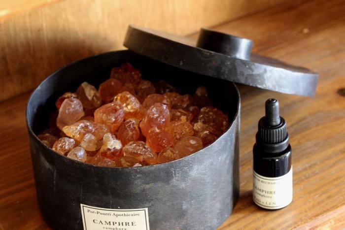 ポプリを購入すると、かならずリチャージャーボトルがついてきます。 ポプリ専用のリチャージャーは、香りが凝縮されたアロマエキスです。ポプリの香りが薄まってきたら溶岩や樹脂等にしみ込ませてみてください。豊かな香りが蘇ります。