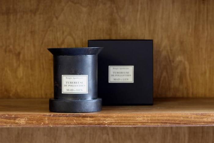 すずらんの香り・ひなげしの香り・スミレの香り・イチジクの香り・森の香り・ナグの花の香りと花や植物の名前が圧倒的に多いのですが、中には、「タバコのような香り」「革のような香り」という謎めいた名前や、旅好きな夫妻が名付けた、「ブラックアフガン」はアフガンに広がる黒い土のイメージから、「カンボジア」はカンボジアを旅した時に感じた自然の香り、などのユーモアあふれる名前がつけられています。