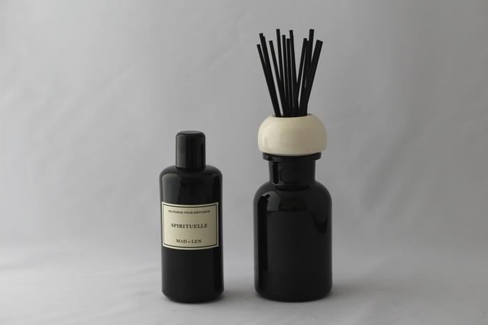 リードでお部屋に香りを広げるディフューザー。 濃紺のボトルはドイツ製で、遮光性があり品質を長く保ちます。