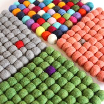 2㎝のウールボールをつなぎ合わせた可愛いデザイン。ひとつだけ違うカラーのウールボールが入った、遊び心のあるデザインがいいですね♪マルチカラーの鮮やかなフェルトマットもあります。