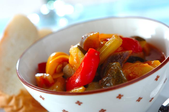 実は、キュウリではなく、カボチャのなかま。 水分が少ないため、よくラタトゥイユなどの煮込み料理に使われています。 煮込み料理にもよく合いますが、生でもおいしくいただくことができるんです!