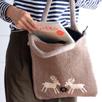 厚みがあり、持ち手もしっかりしているフェルトバッグ。A4サイズが入る大きさで、書類や本などもきれいに入ります。