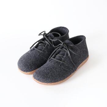 レザーの靴ひもで結ぶレースシューズスタイルですので、パンツにもスカートにもマッチ。いろいろなコーディネートが楽しめ、応用のきくフェルトシューズです。