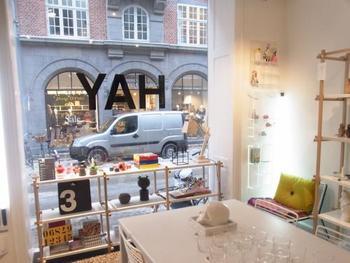 「HAY(ヘイ)」は、Rolf Hay(ロルフ・ヘイ)氏が、アパレルグループの「Bestseller(ベストセラー)」の出資の元に立ち上げたデンマークのインテリアプロダクトブランドです。2002年に設立、2003年から人々に知られるようになりました。