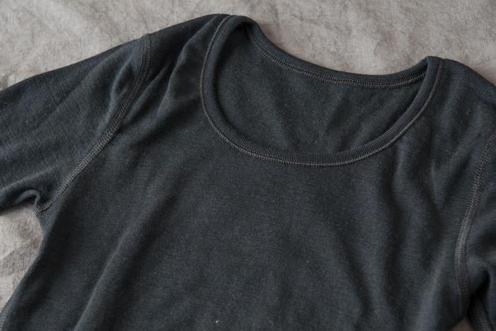 こちらは手の先まであたたかい「ロングスリーブアンダーシャツ」。ウールの保温効果は、天然のエアコンと言われるほど丁度良い体温を保つことができます。