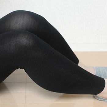90デニール程度の厚さで、脚を曲げると少し透け感があり、通年で毎日使えるレギンスです。