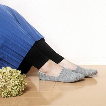 表糸はシルクをメインに特殊弾性糸を使い、伸縮性のある履き心地の良さを実現。ワンピースと合わせて見せるコーディネートでも違和感がありません。