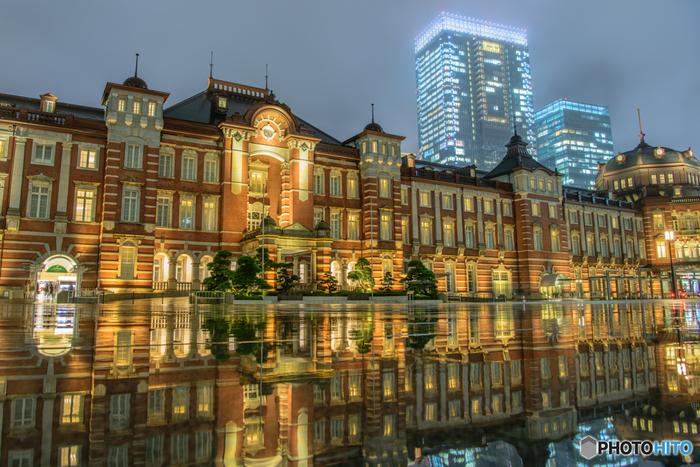 1日当たりの列車発着本数が約3000本という、日本でも有数のターミナル駅である「東京駅」。観光スポットも多く、特に丸の内エリアは、2003年に国の重要文化財に指定された赤レンガ造りの丸の内口駅舎や、東京ステーションギャラリー、三菱一号館美術館などの観光スポットや、新丸の内ビルディングなどのショッピングスポットがたくさんあります。