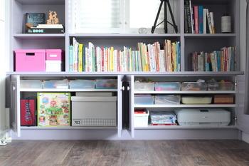 おもちゃを入れて、棚にすっきりと収納。他のボックスとも調和が取れるシンプルなデザインです。