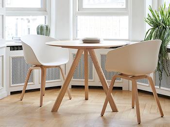 「About a chair(アバウト ア チェア)」という名前の椅子です。見た目はシンプルですっきりとしていますが、体を包み込むような座り心地が工夫された椅子なんですよ♪