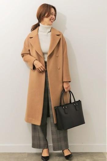 大人の女性に一番ぴったりくる、少しだけワイドなストレートパンツはブラウン系のグレンチェックで。 王道のコーディネート、ベージュのチェスターコート、アイボリーのセーターと。