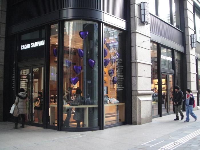 その1Fにある「カカオ サンパカ(CACAO SAMPAKA)」 丸の内本店 。チョコレート文化の発祥の地であるスペインの王室御用達のショコラテリアである「カカオ サンパカ」の日本一号店が、こちらの丸の内店です。