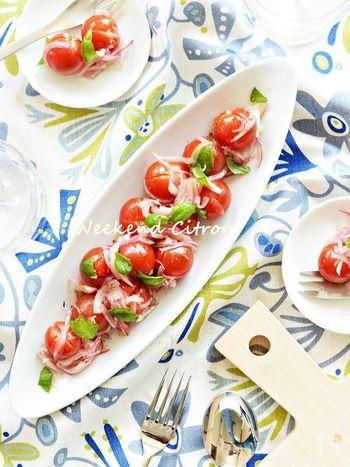 マリネ液に漬けておくだけでできあがる嬉しい一品、マリネ。プチトマトを使って手軽に作りましょう。このレシピのマリネ液は、定番の味。オリーブオイルとビネガー(白ワイン)を使っています。はちみつも入っているので少し甘い味。ちょっと小皿に盛って普段のテーブルに添えてもいいし、盛り付け次第でパーティにも出せそうです。生ハムをちょっと添えて前菜にどうぞ。