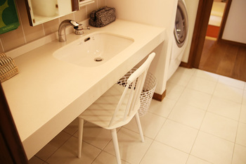HAYの「J77」タイプのチェアは、スリムなので洗面所などの狭いスペースでも活躍してくれます!ちょっと腰かけたい時にあると便利ですね♪デザインもシンプルで、そばにさりげなく居てくれる存在感です。
