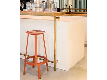 キッチン周りやちょっとだけ腰掛けたい時などには、さらにスリムで使い勝手の良いスツールタイプも良いでしょう。こちらのスツールは、座る部分が360度回転する、という驚きのしかけも隠されています!