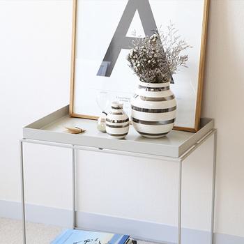 HAYのテーブルでは、フチが付いているデザインも魅力。物を置いた時の安定感もピカイチです。食べ物だけでなく、花瓶やインテリア雑貨を並べても素敵ですね。ここはひとつ北欧風に仕上げてみてください♪