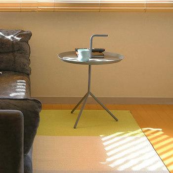 こちらは円形タイプのサイドテーブルです。「DLM」というタイトルは「Don't Leave Me」から付けられた名前なのだそう。『どこにでも持っていきたい』という気持ちにさせてくれますね♪取っ手も付いているので、ひょいと持ち上げてソファーの脇や寝室などで活用してみてください。