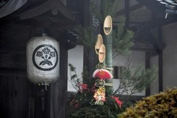 門松は家の門のところに飾る一対のお飾りのことで、向かって左の松を雄松、右の松を雌松とよびます。三本の竹に松竹梅をあしらうこともあります。門松は、神様がそれぞれのおうちを訪れるときの依り代となるものです。丁寧に飾ってあげましょう。