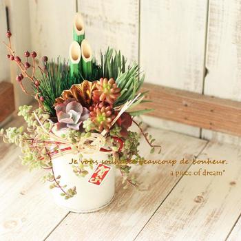 お正月らしい華やかな門松アレンジです。玄関先に小さく飾ってみるのも素敵ですね。