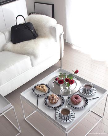複数のサイドテーブルを使い分けるのも良いでしょう。こちらは立派なテーブル代わりになるので、スイーツやお茶などを並べて。沢山置いてもフチがあるので、安心。大勢を招いてのティータイムにもぴったりです♪