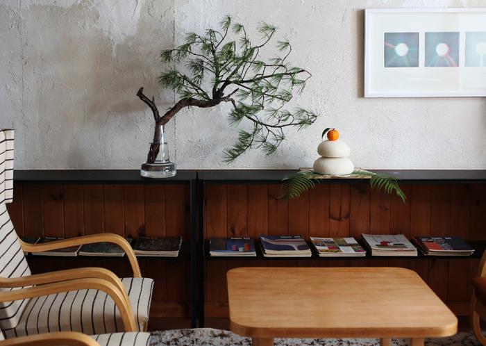 大きな鏡餅には裏白を添えて、豪華な雰囲気に。アーティスティックな松のかたちがとても素敵です。