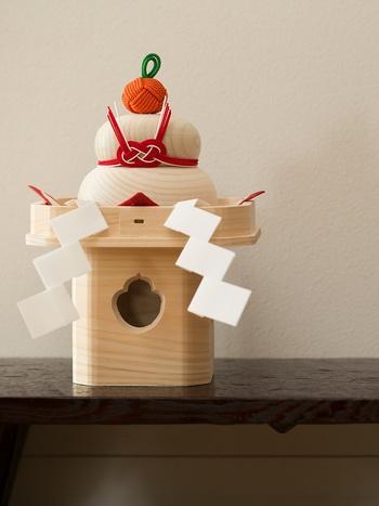 こんな風に三方に飾ってあげると、堂々とした風情を感じますね。アレンジ次第で、いろいろな表情を見せてくれる中川政七商店の鏡餅。上品なプレゼントにもおすすめです。