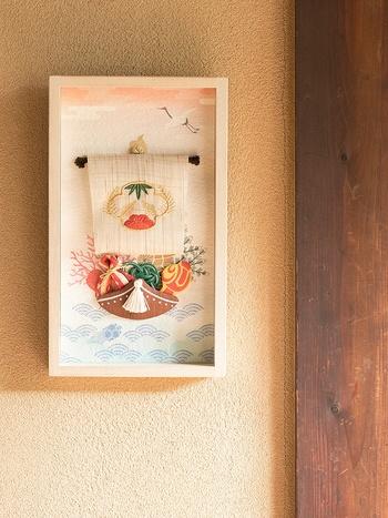 枠飾りのついた七福神のお正月飾り。額がついていると、空間をきちんと仕切ることができますね。