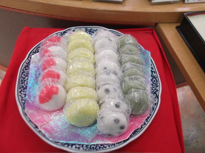 【石川】五色生菓子 金沢ではこの【日】・【月】・【山】・【海】・【里】と天地の自然の恵みを表した五色の生菓子を婚礼の際に贈る風習があるんですって。 他にも建前、出産、開店など、人生の節目となる祝いの場でも引き出物として贈られるそうです。