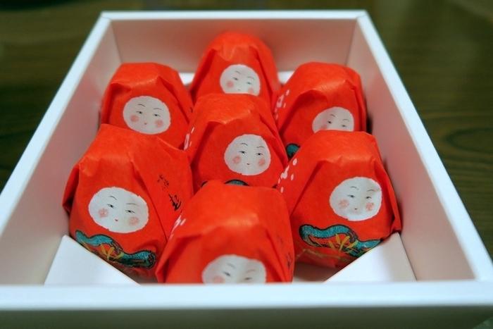 【石川】加賀八幡 起上もなか 起上りこぼしみたいなかたちが可愛らしい! おくるみを巻いた赤ちゃんのようにも見えるので、子供たちの育成と多幸を願った縁起菓子とされています。