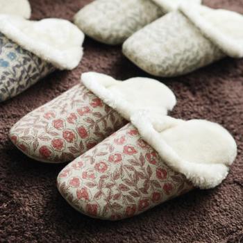 「minä perhonen(ミナペルホネン)」でデザイナー皆川明さんがリバティとコラボして生まれたリバティプリントのスリッパ。色鉛筆や水彩などで描かれた繊細なデザイン。お気に入りの一足になりそうですね。