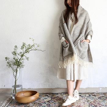 気負わないデザインが可愛いポケット付きショール。こちらはフィンランドのテキスタイルメーカー「LAPUAN KANKURIT(ラプアン・カンクリ)のもの。 100%ウールなのでとっても暖かく、ポケット付きなのでお財布など入れられます。お散歩にも重宝しますよ。アウターの上からも羽織れるので、温度調整にも便利です。